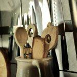 Herramientas de cocina como palas y cuchillos