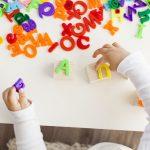 Manos de bebé con letras de colores