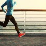 Persona corriendo en un muelle con tenis rojos