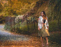 Mujer caminando por central park en otoño con falta olivo militar