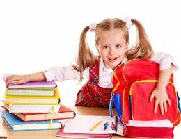 Libros, mochila y biblioteca