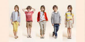 Niños y niñas modelando ropa