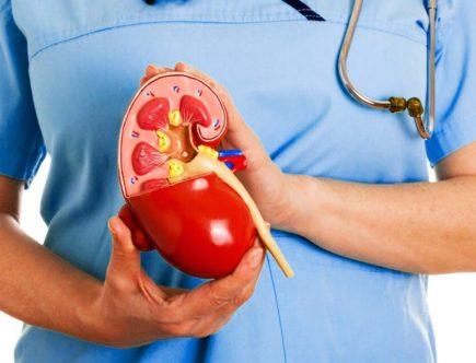 enfermera mostrando como es un cálculo biliar