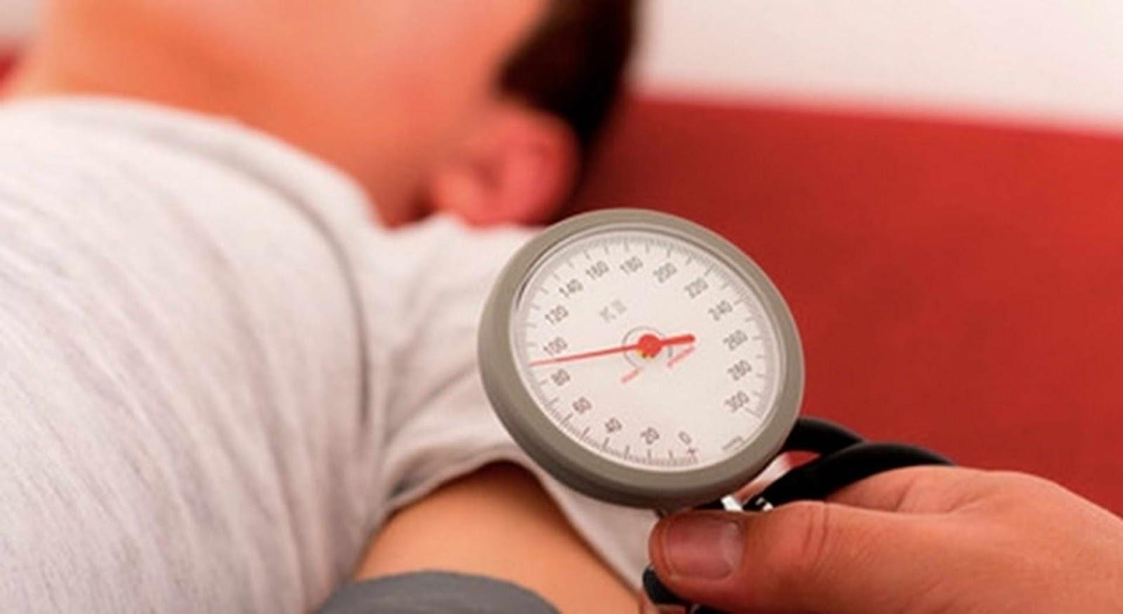 medico checando la presión arterial