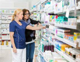 mujer comprando medicamentos en una farmacia