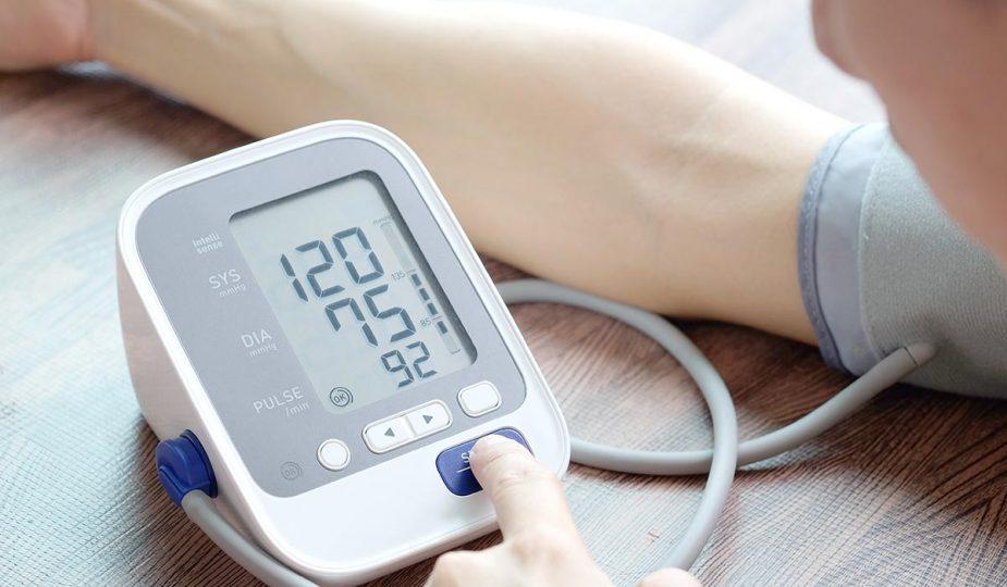 mujer checando su presión arterial