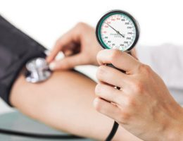 hombre revisando su presión arterial