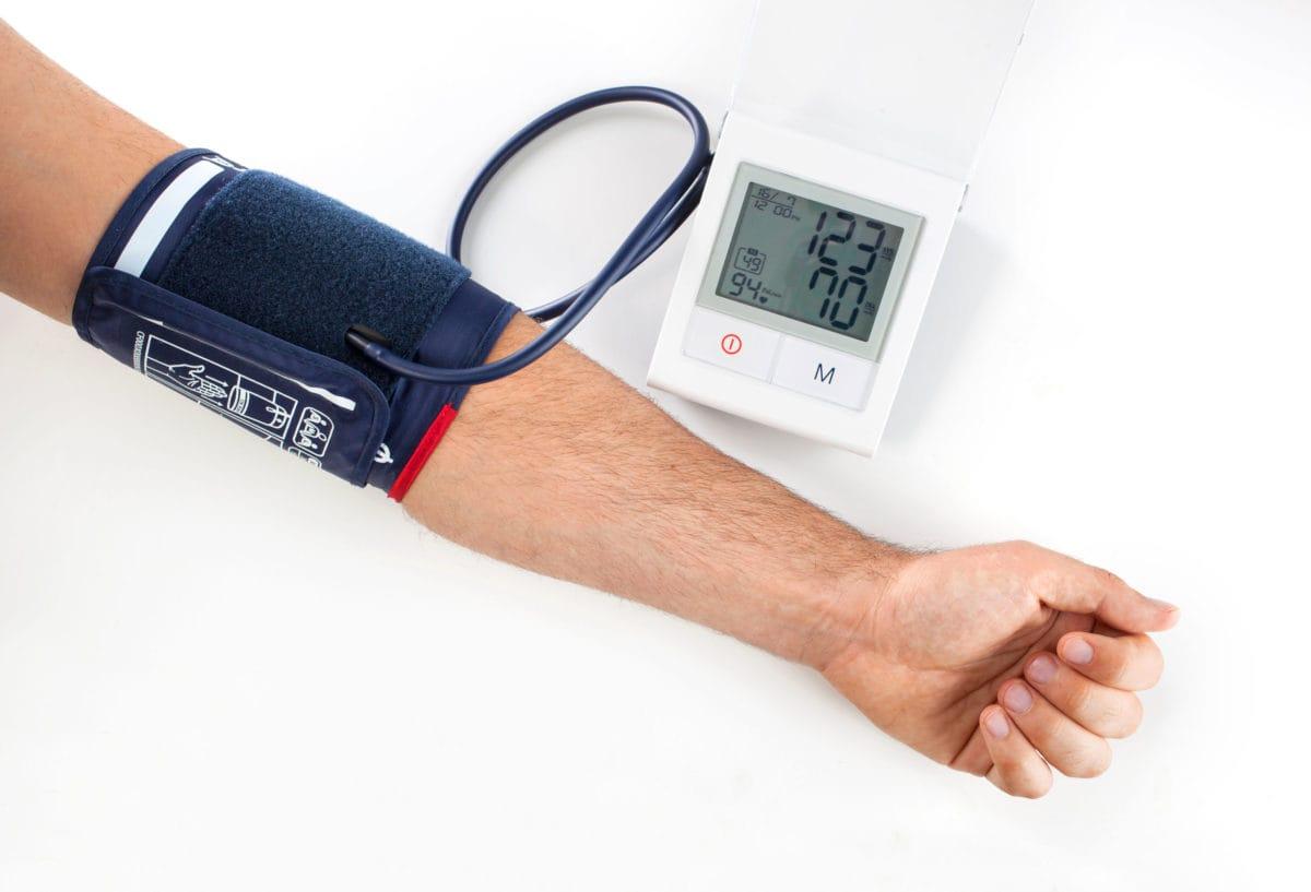 persona revisando su presión arterial