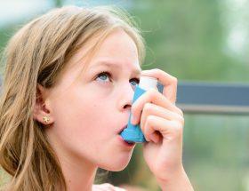 niña con su inhalador de asma