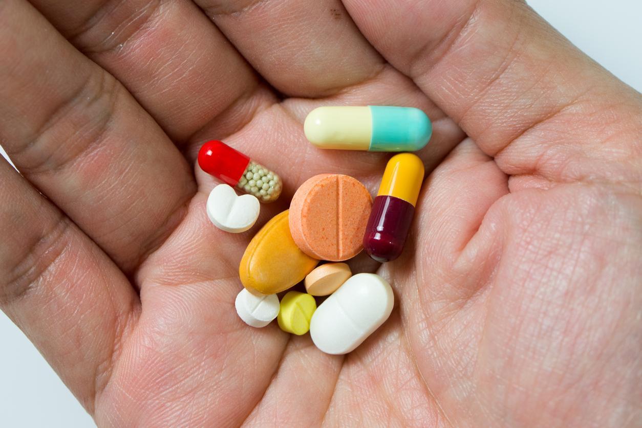 persona tomando medicamentos anticoagulantes