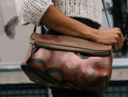 Mujer con bolsa de Marca