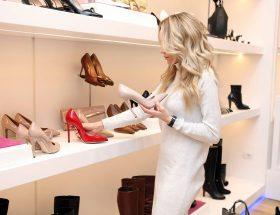 Mujer eligiendo sus zapatos