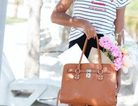 Mujer con bolso de mano
