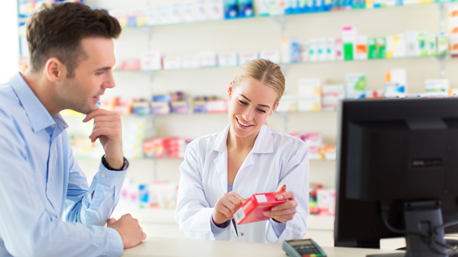 Hombre comprando medicamentos para la diarrea