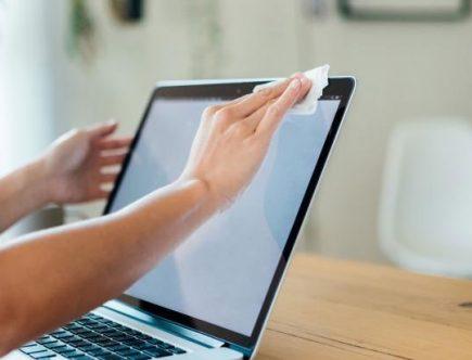 Persona limpiando su computadora