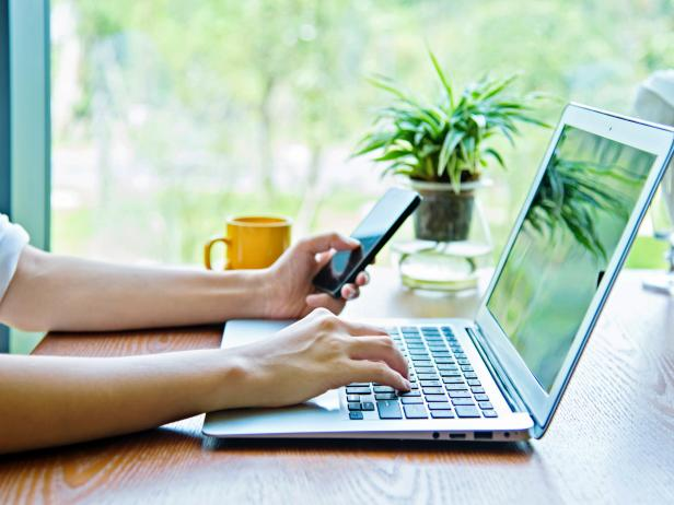 Persona usando computadora