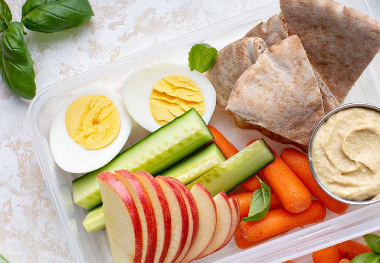 Plato con huevo duro, verdura y fruta