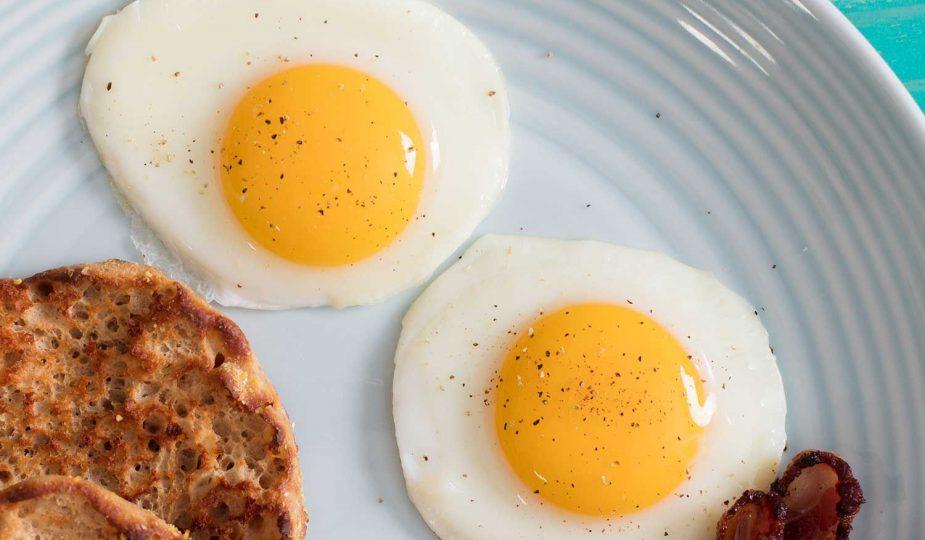 Plato de desayuno con dos huevos y tocino