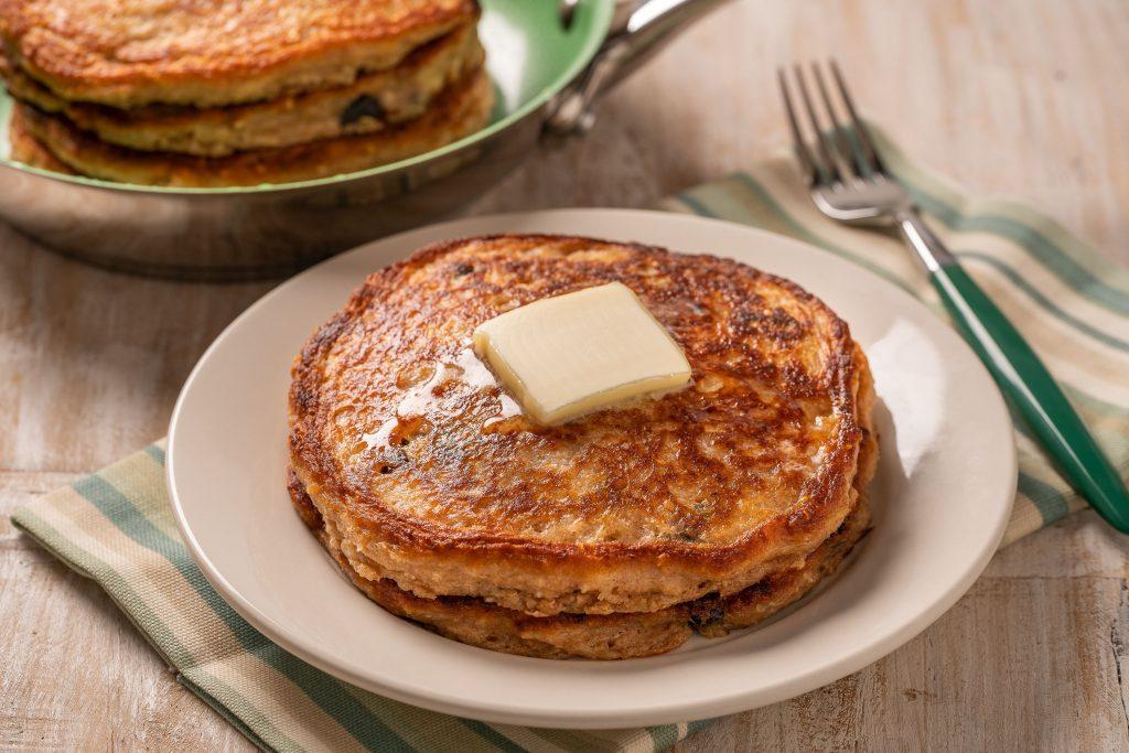 Plato de hot cakes con mantequilla y miel